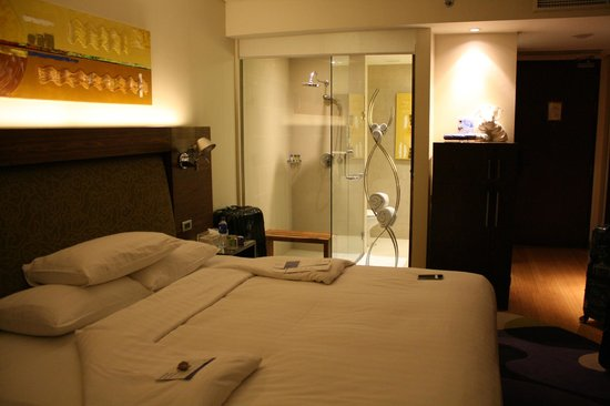 Park Plaza Sukhumvit Bangkok: Zimmer mit gläserner Dusche