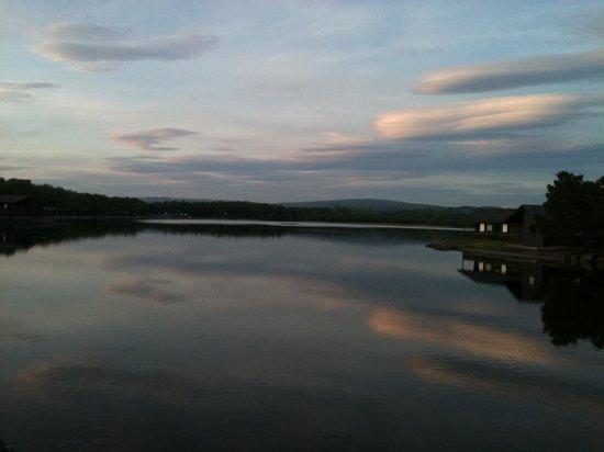 Pine Lake Resort: Evening view of the lake