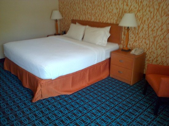 Fairfield Inn Sacramento Cal Expo bed area