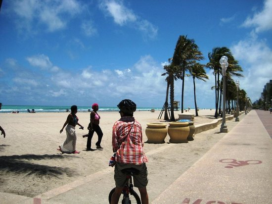 Hollywood Beach Coral House: Biking on the boardwalk.