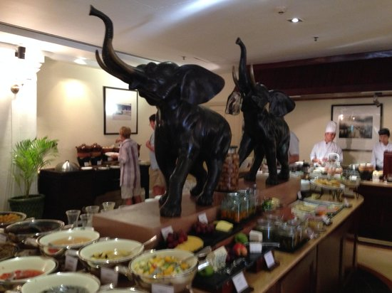 Raffles Hotel Le Royal : Le comptoir de salade de fruits au Café Monivong