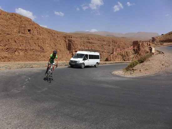 Maroc Nature: One of our cyclist and support vehicle