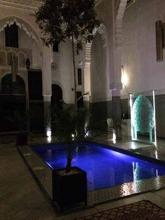 Riad Braya : the courtyard at night