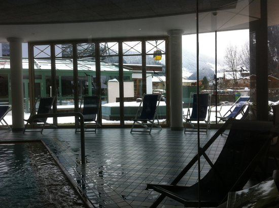 Sporthotel Strass: It was lovely and warm to sit and read a book next to the whirlpool spa watching the gondolas go