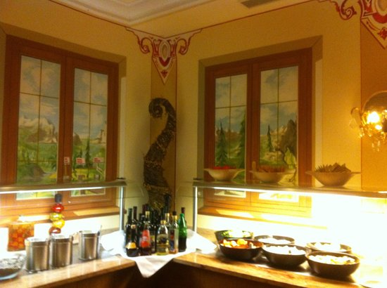 Sporthotel Strass: The trompe d'oeil pictures on the dining wall at the buffet.