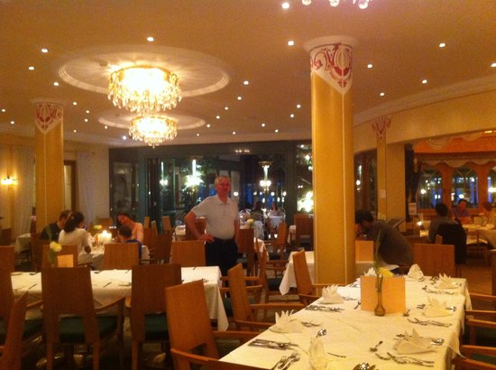 Sporthotel Strass: One of the beautiful dining rooms.