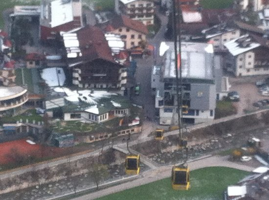 Sporthotel Strass: The hotel is to the left of the gondola station. It couldn't be any nearer.