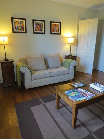 La Villa De Mazamet: living area deluxe suite
