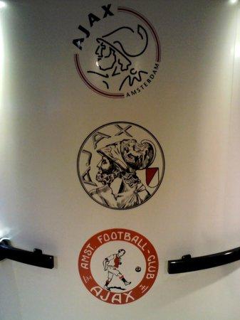 Amsterdam ArenA: Escudo :Ajax