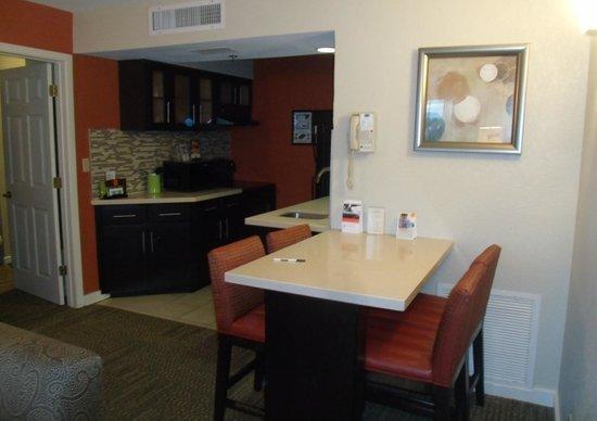 Staybridge Suites Lake Buena Vista: Suíte com 2 quartos, sala e cozinha. Acomoda 8 pessoas.
