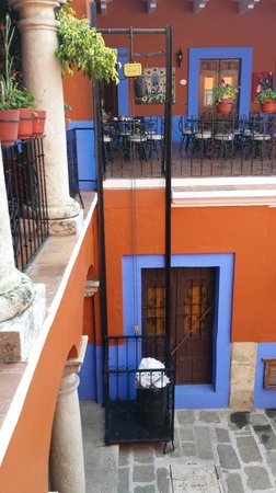 Casa de Siete Balcones: Dumb waiter to get your luggage upstairs