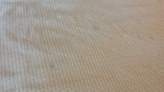 Sulaf Hotel LBV South: Manchas na roupa de cama