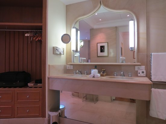 Hotel de la Cite Carcassonne - MGallery Collection : bath vanity in suite