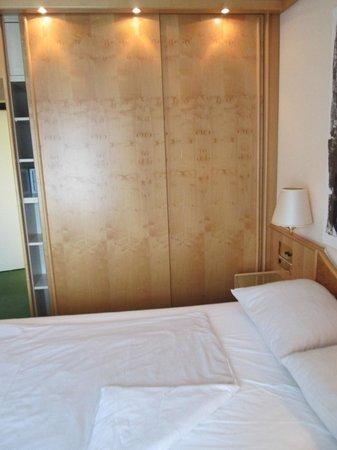 Derag Livinghotel Grosser Kurfürst : room 512 bed/closet