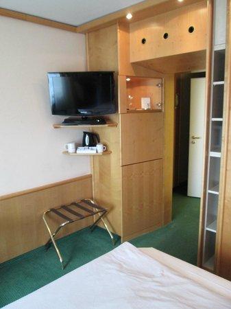 Derag Livinghotel Grosser Kurfürst: room 512 view from  bed