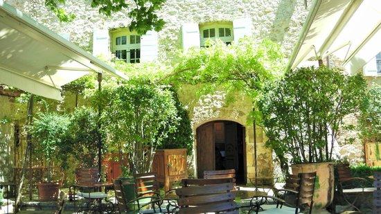 La Bastide de Moustiers: L'entrée de La Bastide