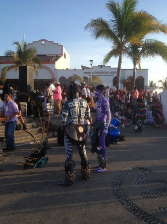El Centro : free folklore dance show at Los Arcos, south end of Malecon