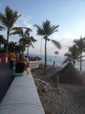 El Centro : 1km beach walk, sandcastles, food, beautiful Malecon!