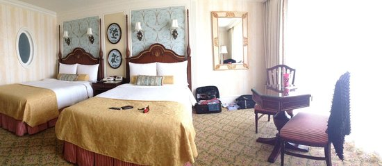 Tokyo Disneyland Hotel: Our room - the beds are between a single & double size & very firm