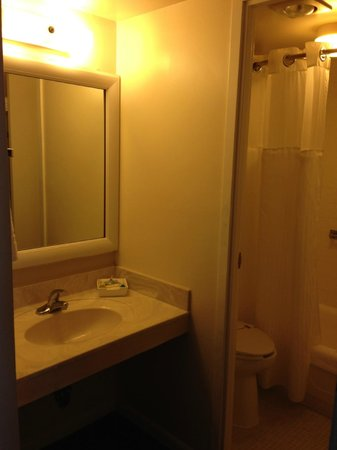 Belvedere Beach Resort: Vanity Area/Bathroom