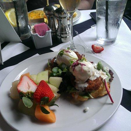 B Matthew's Eatery : fried green tomato eggs benedict