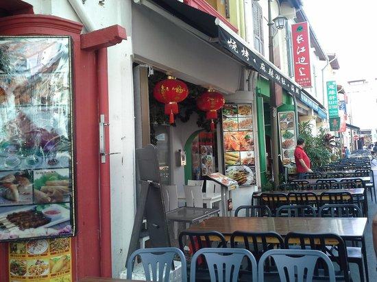 Santa Grand Hotel Lai Chun Yuen: maket behind hotel