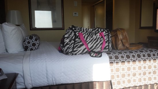 Crowne Plaza Hotel Dallas Downtown: Our bed (excuse the luggage)