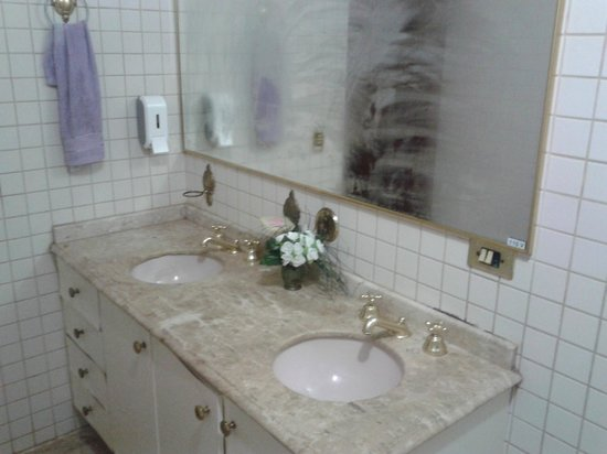 Hostel Bambu : Amplo Banheiro Compartilhado.