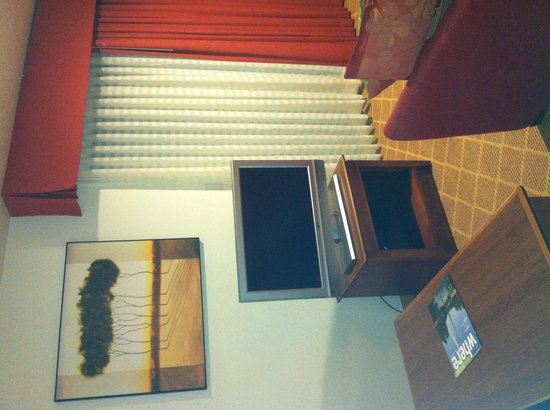 Hawthorn Suites by Wyndham St. Louis Westport Plaza: Flat screen TV only sign of modernity
