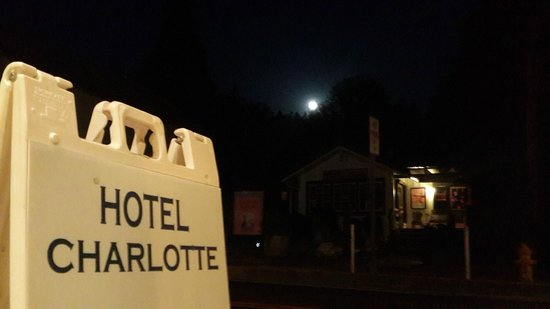 Hotel Charlotte: Full Moon!