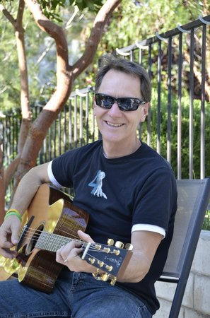 ForFriends Inn: Jim Campbell entertains in the wine garden