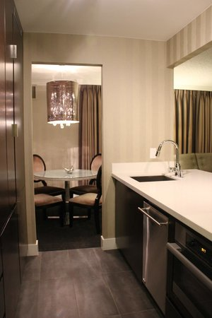 Sutton Place Hotel Vancouver: Open floor plan kitchen into the dining & family room