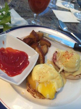 Pelican Cafe: Eggs Benedict