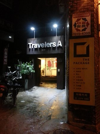 Travelers A : 入り口 外観