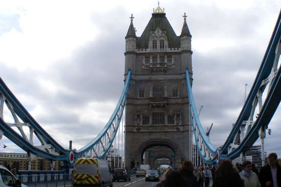 Puente Tower Bridge: Walking across the bridge