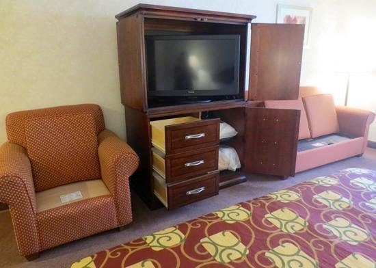 Best Western Royal Plaza Hotel & Trade Center: Cushions up and drawers open...weird?