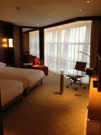 Grand Hyatt Shanghai: Beds, desk and sitting area