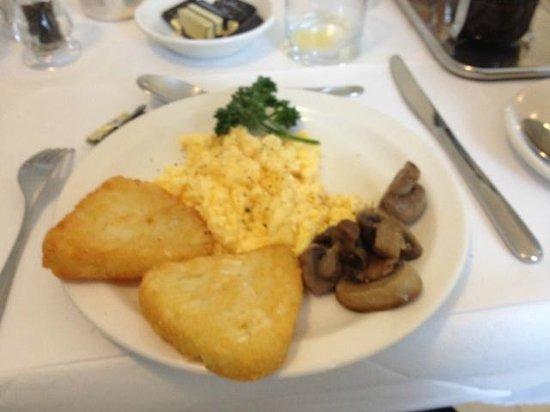Harlingford Hotel: 朝食。この他にソーセージ類やスモークサーモンもあります。満足。