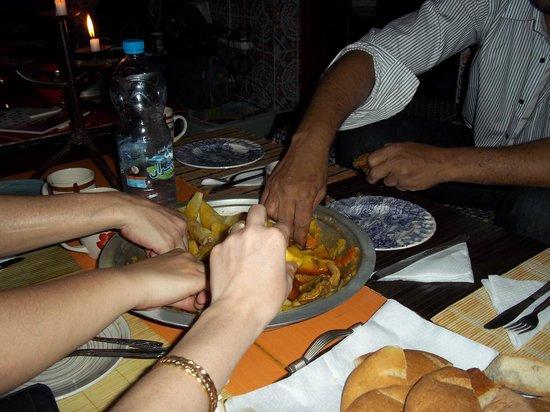 Hostel Riad Marrakech Rouge : Partage du Tajine.