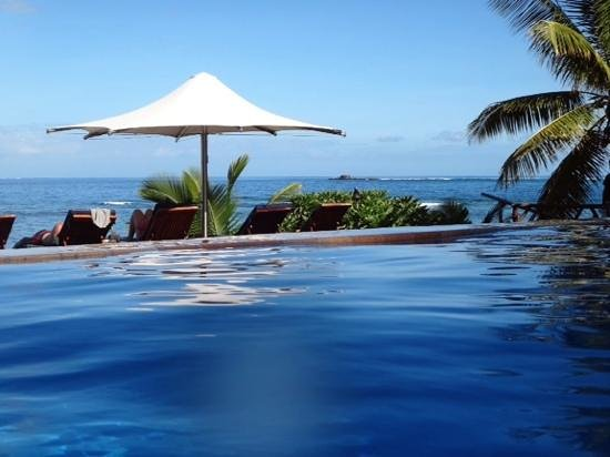 Matamanoa Island Resort: The view from the Eternity Pool outside the resturant