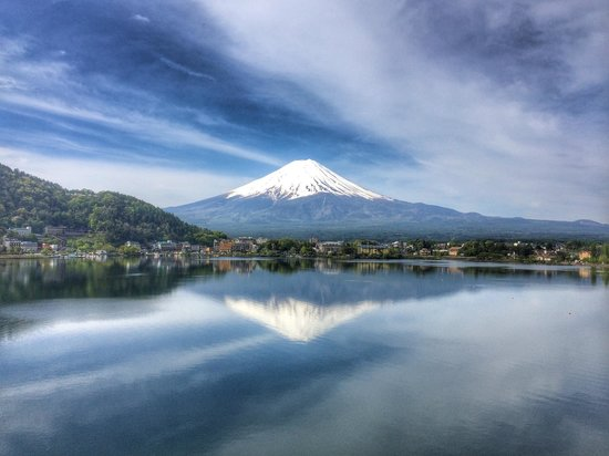 Kozantei Ubuya: Morning View of Mount Fuji from our balcony.  The mirror lake reflecting the mountain before boa
