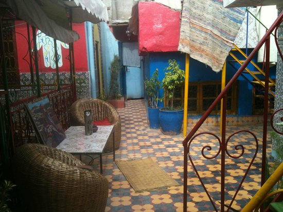 Hostel Riad Marrakech Rouge: Une des terrasses donnant sur la chambre