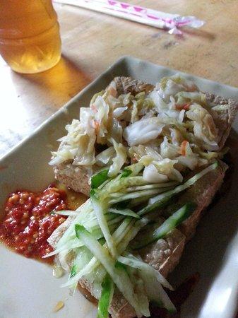 Fengjia Box 1: 名宿路口的臭豆腐,很香,很脆哦!!加上他的泡菜..绝