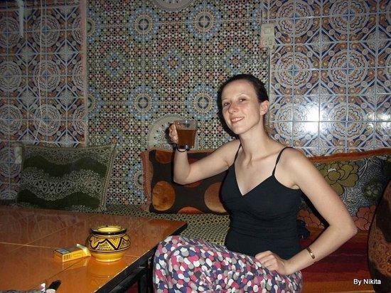 Hostel Riad Marrakech Rouge : Thé à toute heure du jour et de la nuit. makayn mouchkil