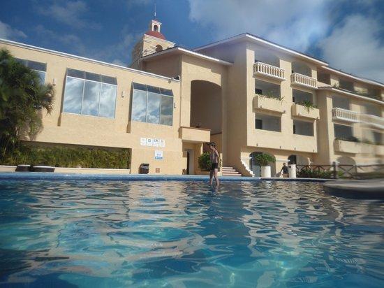 All Ritmo Cancun Resort & Waterpark: enjoying the pool
