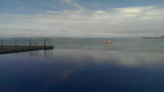 Four Points by Sheraton Sandakan : Breathtaking view from the infinity pool
