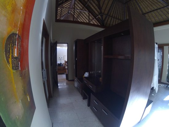 Bhavana Private Villas: Hallway to Bathroom