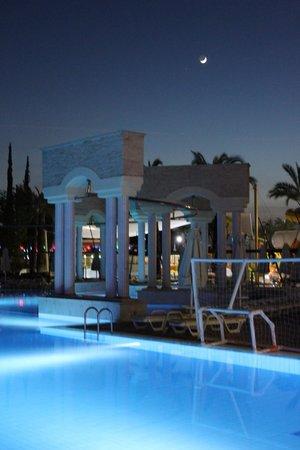 Pegasos World Hotel: Бассейн вечером