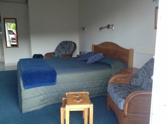 Admiral's View Lodge & Motel : Bed and chairs