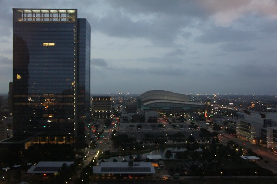 Hilton Americas - Houston: Evening view of downtown skyline and park